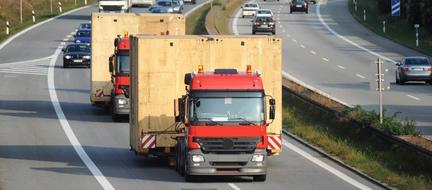Große Kisten verladen auf LKW - Überdimensionale Ladung mit der Fachspedition Contibridge