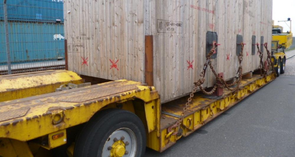 Kiste auf Tiefbett LKW - Schwerguttransporte mit Contibridge