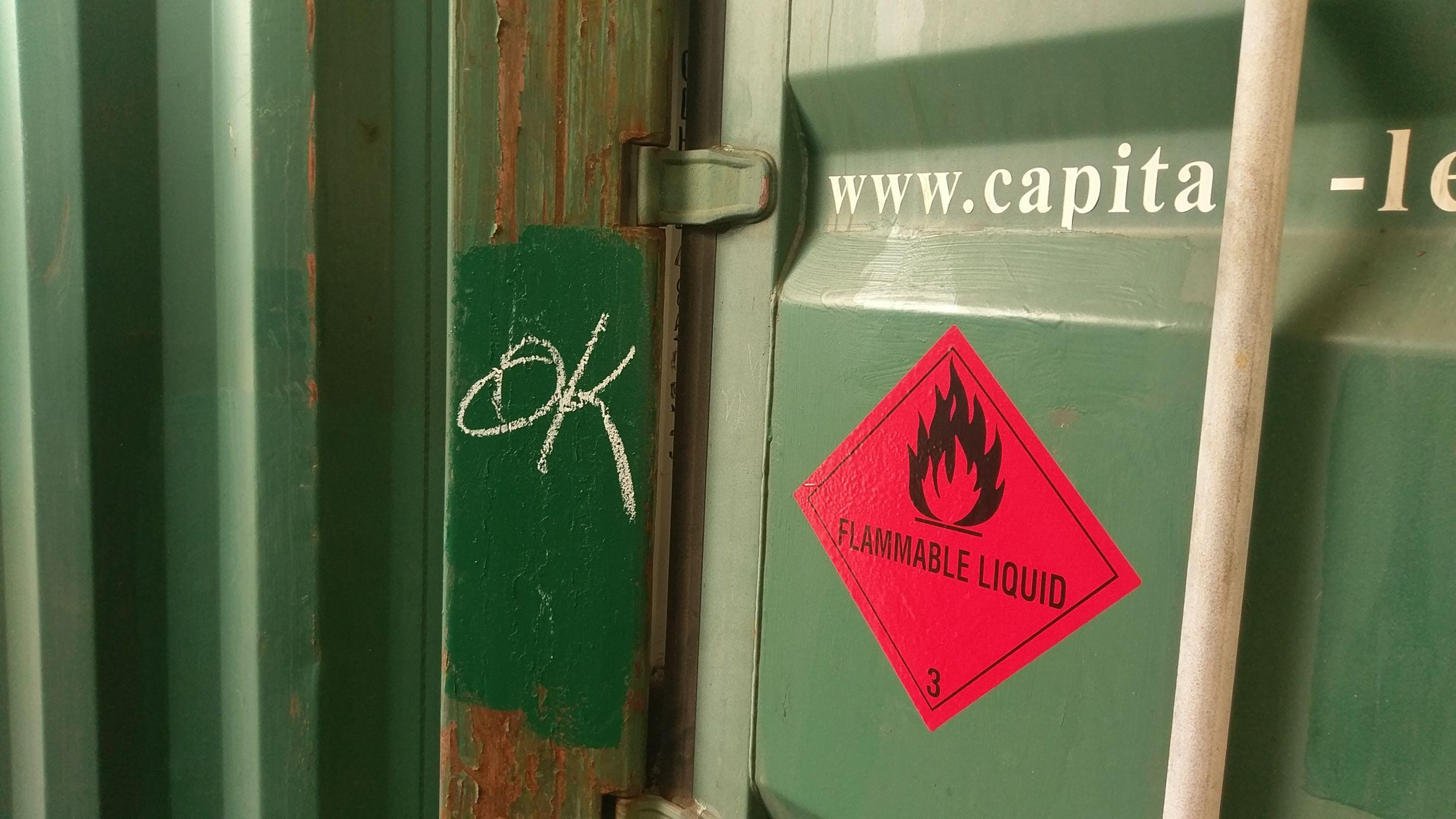 Gefahrgutlabel an grüner Containertür