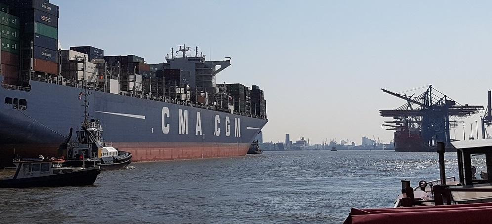 Containerschiff der Reederei CMA CGM im Hafen. Logistische Dienstleistung mit Contibridge