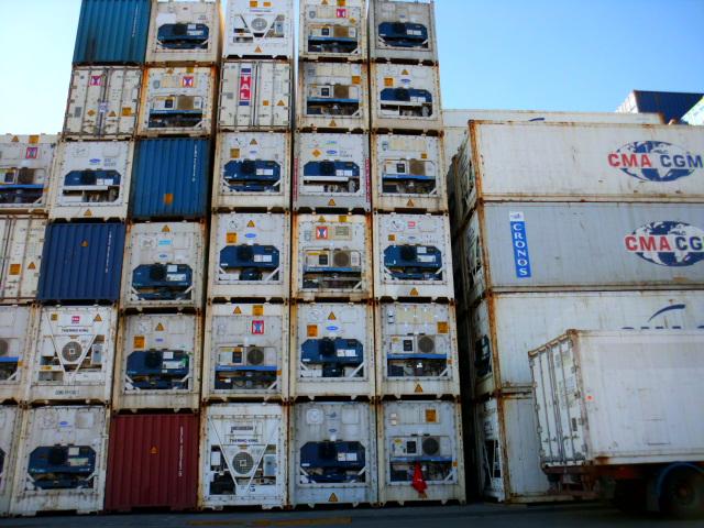Gestapelte Kühlcontainer - Temperierte Kühlcontainertransporte führt Contibridge durch