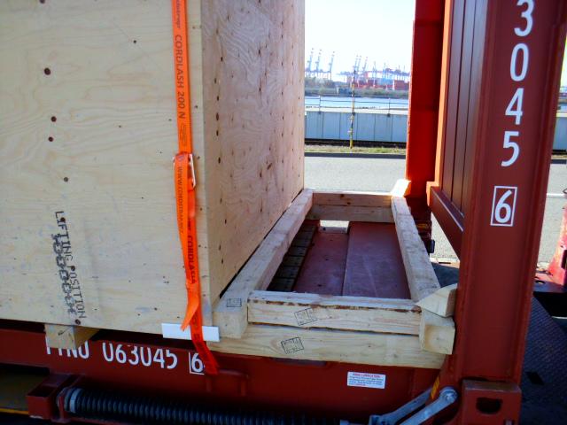 Flat Rack mit Kiste beladen - Ladungssicherung und Containerbeladung mit Contibridge