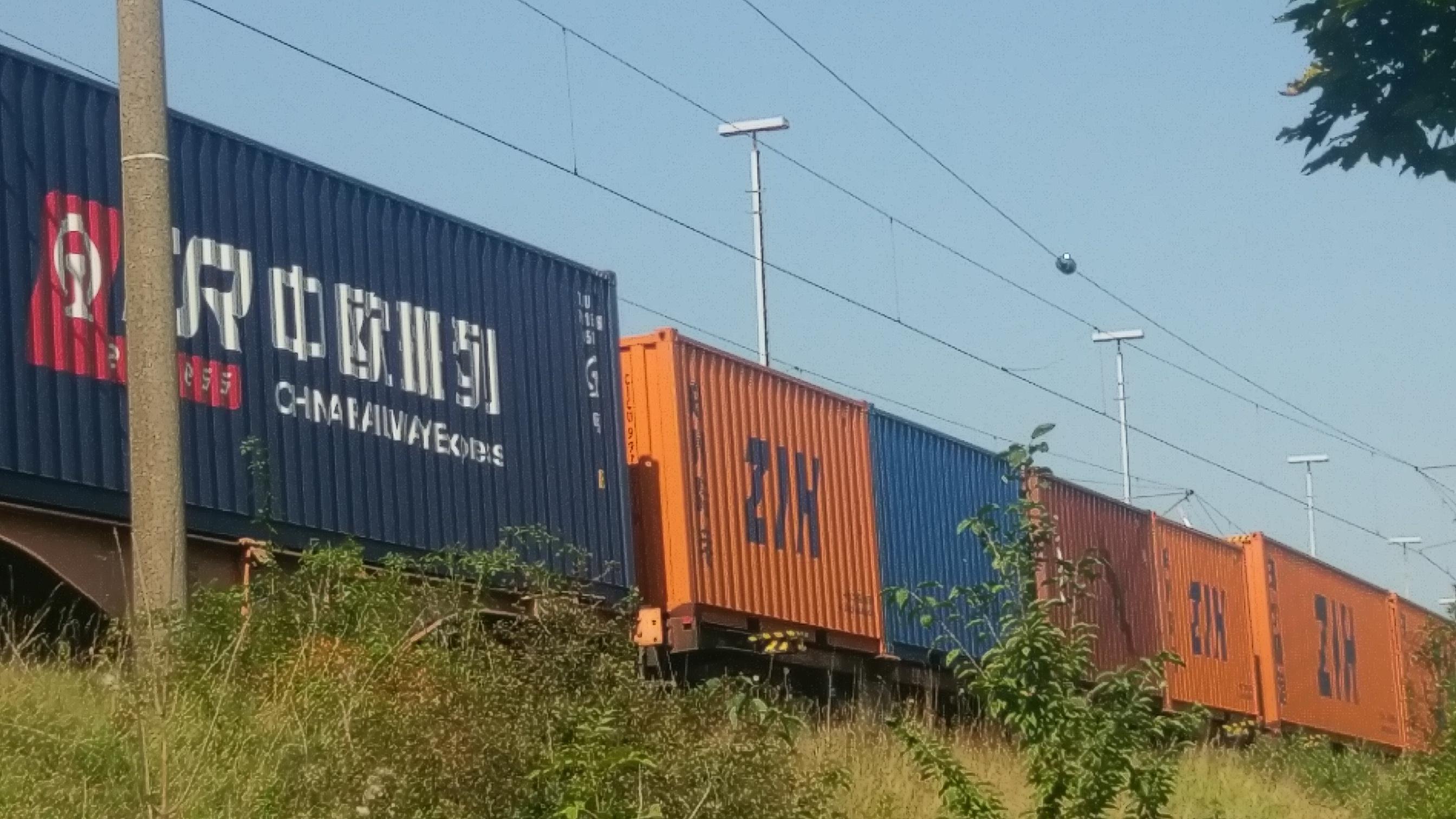 Zug mit China-Containern. Attraktive Transitzeiten mit dem China-Zug und Contibridge