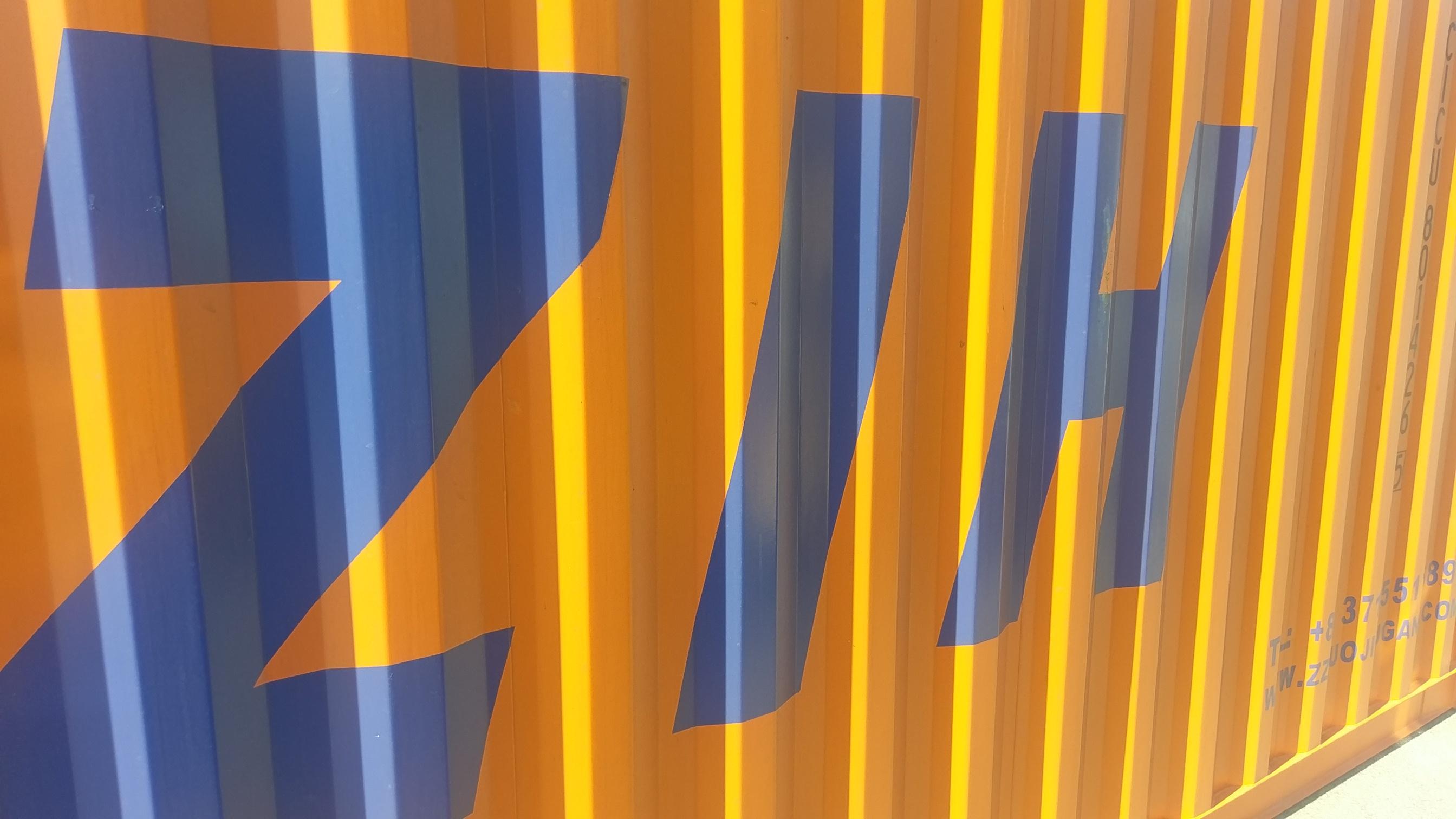 40' Standard Container in Orange und Buchstaben ZIH - Containerverladung per Zug nach China - Contibridge