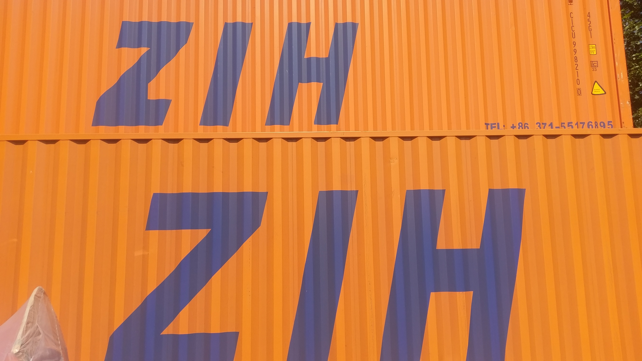 Orangefarbener Container mit Aufschrift ZIH - Bahntransporte nach/von China mit Contibridge