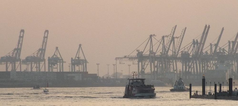Hamburger Hafen mit Barkasse und Containerkränen - Container Spedition Hamburg Contibridge