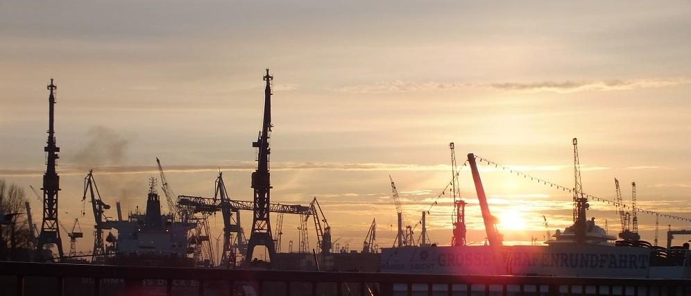 Hafenkräne im Sonnenuntergang im Hamburger Hafen