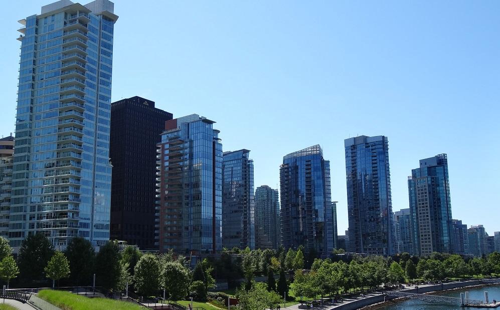 Cityline Toronto mit blauem Himmel
